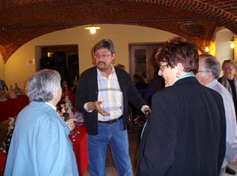 Angelo Berni con alcuni visitatori all'inaugurazione dell'esposizione