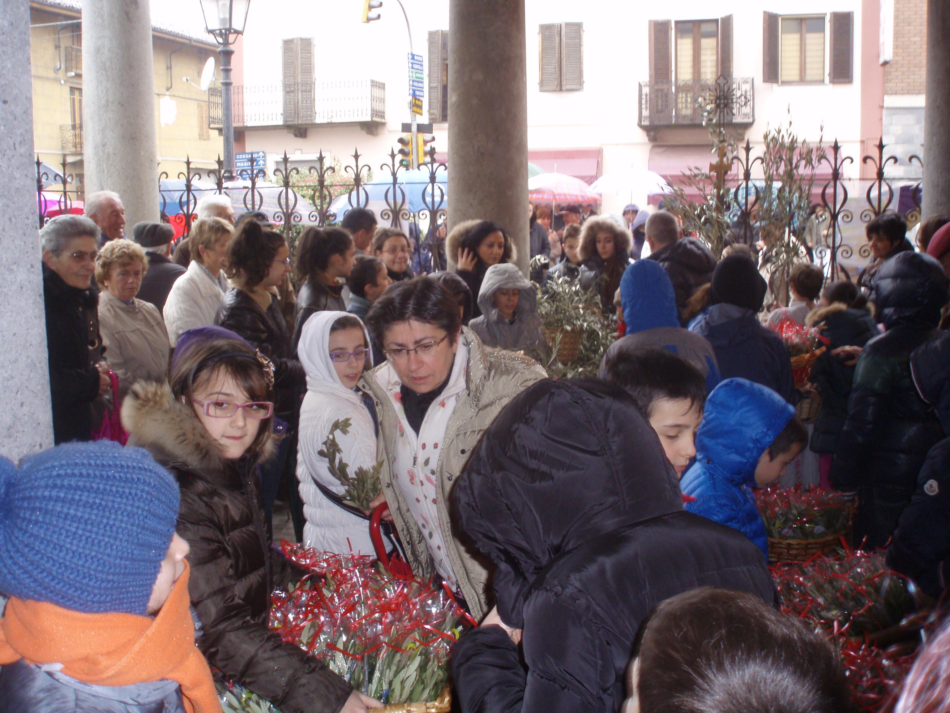 """Domenica delle Palme- Un momento della benedizione degli ulivi sul sagrato/ingresso rassegna """"Voce alle Donne""""."""